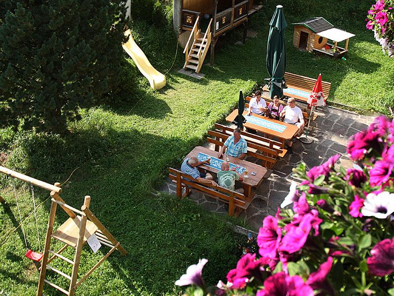 Terrasse mit Spielplatz